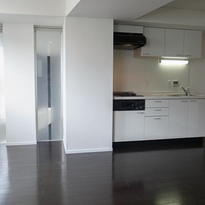 リビングの入り口にキッチンがあります。※写真は別部屋です