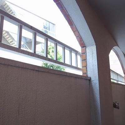バルコニー、壁が高くて外はこれ位しか見えません。※写真は前回募集時のものです