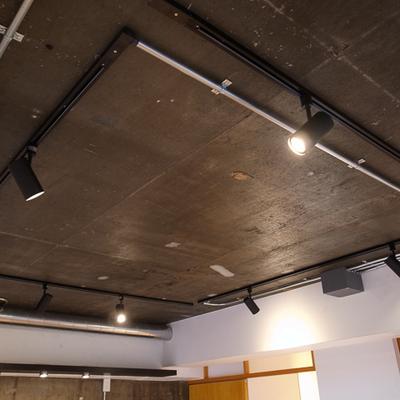 天井ぶち抜き、配管類はむき出しで設置。※写真は前回募集時のものです