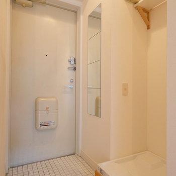 玄関横に洗濯置き場!姿見や白いタイルがいい感じ◎※写真は前回募集時のもの