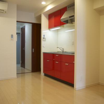 この赤いキッチンがやっぱイイ!!※写真反転の別タイプ