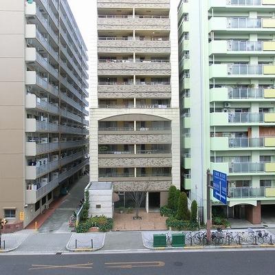 マンションの建ち並ぶ道路沿い