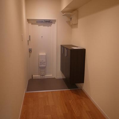 玄関も広い!冬場用にコートハンガーなど置けますね。