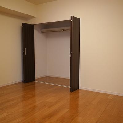 寝室は5.5帖、想像より狭いですよ。