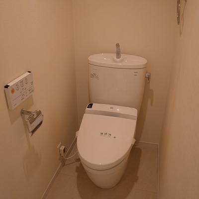 トイレはリモコン式ウォシュレットです。
