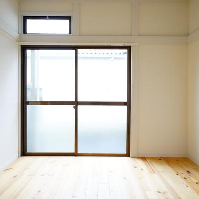 6帖の寝室です。窓の上に小窓が!
