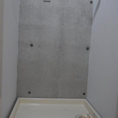 実は洗濯置き場の壁も打ちっぱなしなんです。※写真は2階の反転間取り別部屋のものです
