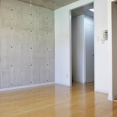 打ちっぱなしの壁はこの1面のみ。※写真は2階の反転間取り別部屋のものです