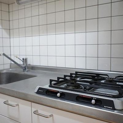 2口コンロのシステムキッチンです。※写真は2階の反転間取り別部屋のものです
