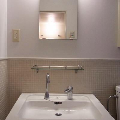 洗面台の上には小さな棚があります。※写真は2階の反転間取り別部屋のものです