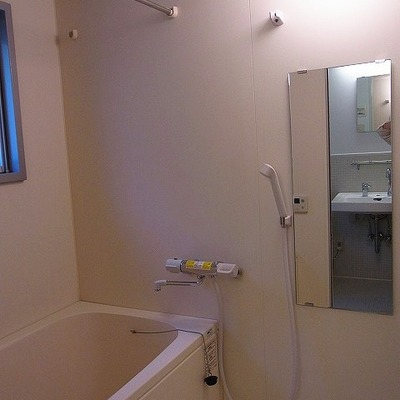 フルオートバス。部屋干しももちろん対応しています。※写真は2階の反転間取り別部屋のものです