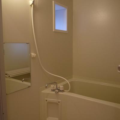 お風呂は換気用に窓もついてます、嬉しい!