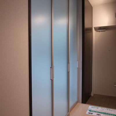寝室はアクリルパネルの引き戸で仕切ります。