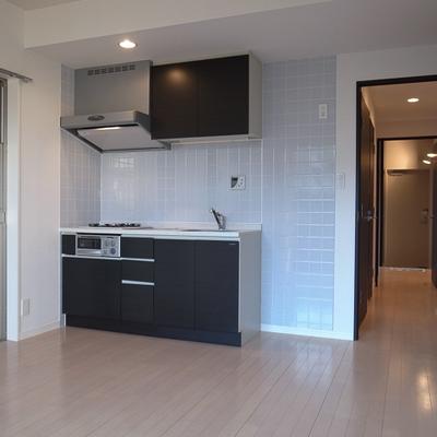 キッチン横、大きめの冷蔵庫も大丈夫。