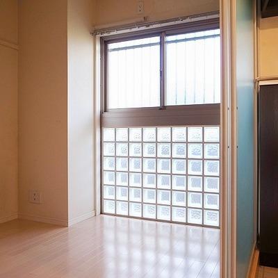 1Fと同じガラスブロックの窓、気持ちいい寝室です。