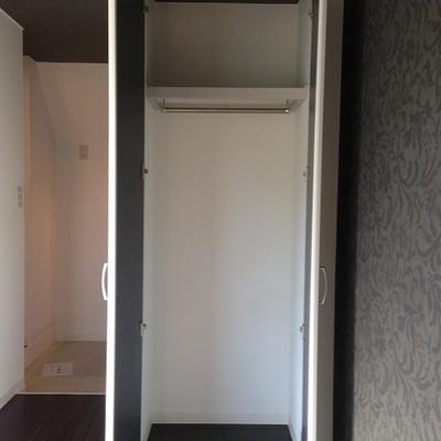 室内には縦長の収納スペースが。