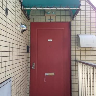 扉の上に、緑色のルーフ。
