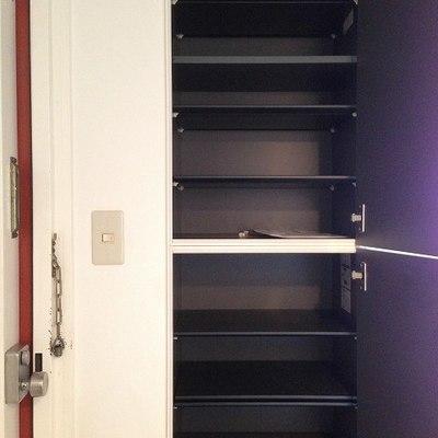 玄関横の棚は床から天井まで。