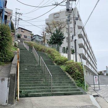 建物前には長めの階段があります。