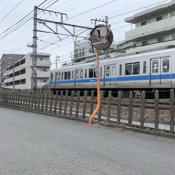 近くに電車が走っています。