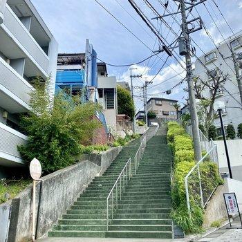 建物横のシンボリックな大階段。