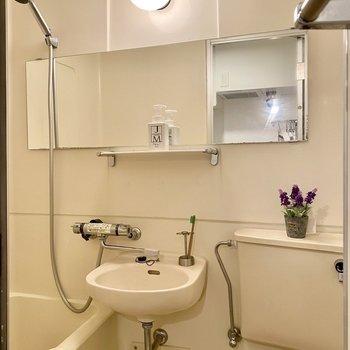 洗面台を使う際は予め換気をしておくと良さそう。※写真の家具・雑貨はサンプルです