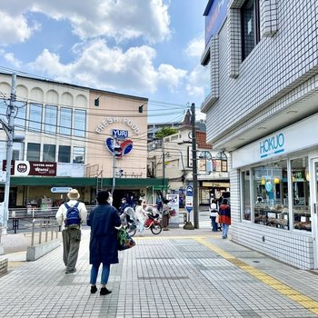 駅前にもスーパーや商業施設があり適度に栄えた印象。