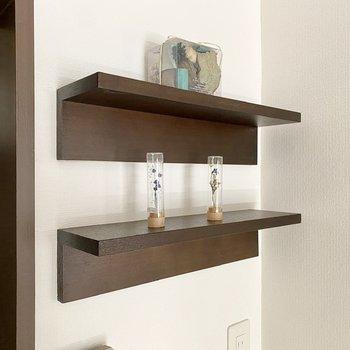 ちょっとしたシェルフもいい感じ。壁付けのスイッチも木枠で囲まれているんですよ。※写真の家具・雑貨はサンプルです