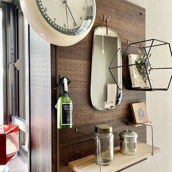 有孔ボードは自分好みにカスタマイズを。※写真の家具・雑貨はサンプルです