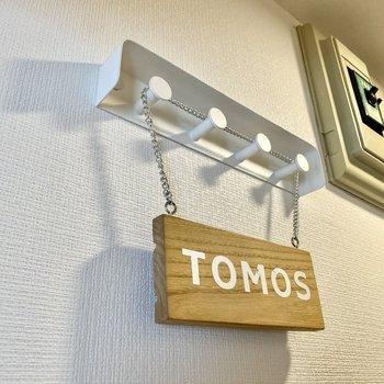 フックには鍵などの小物を吊るすと便利ですね。※写真の家具・雑貨はサンプルです