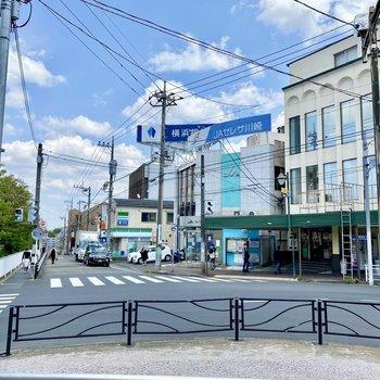 駅からの道中にはコンビニなどがありました。