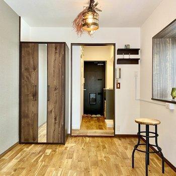 ダークブラウンのクローゼットが印象的。中心の戸は姿見になっています。※写真の家具・雑貨はサンプルです