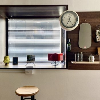 出窓にスツールを置いて、デスクとして使ってみるのもいいかも。※写真の家具・雑貨はサンプルです