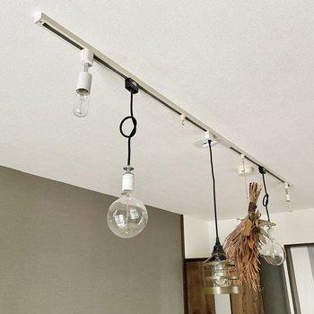 照明はライティングレール。こちらもお好みの証明で空間演出を。※写真の家具・雑貨はサンプルです