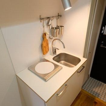 キッチンはこちら。コンパクトでも野暮ったさはないです◎