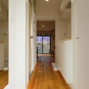 玄関は鏡と白いタイルでお出迎え!