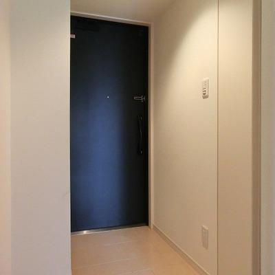 玄関は廊下と一続き。横には靴箱がふたつあります。