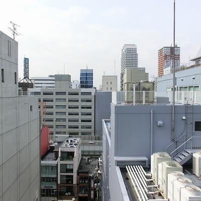 心斎橋に建ち並ぶビル群の風景。