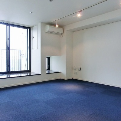 窓際に腰掛けられるスペースもある2面窓の明るい空間