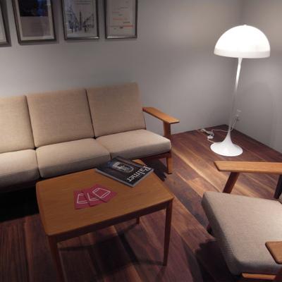 ロビーラウンジ。ヴィンテージのソファに座ってワインをどうぞ ※写真は別部屋
