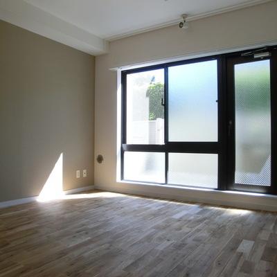 窓が大きくて光が入ります。