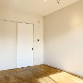 建具などは白で統一されていて清潔感のあふれる空間。
