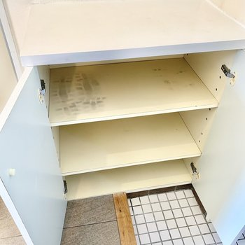 白い靴箱の下にはシートを敷いてもいいですね。