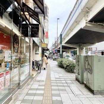 駅周辺は小さなお店がいろいろあります。