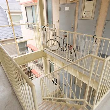 共有部です。3階までは階段で。