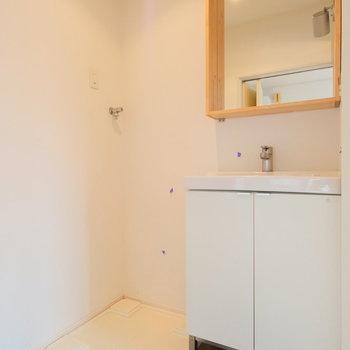 【前回募集時】木枠の鏡がかわいらしい洗面台ですね。