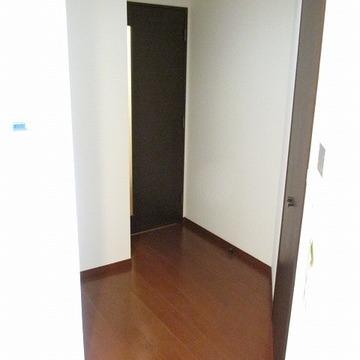 廊下が少しあります!この横に小さい収納もあります。