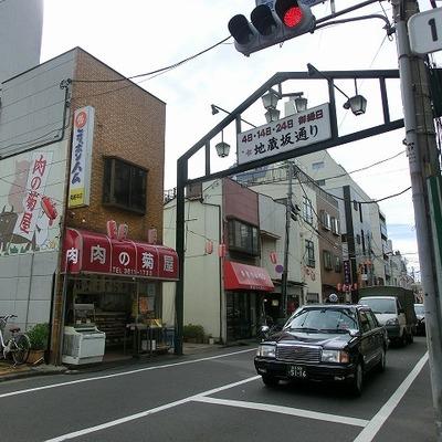 地蔵通り商店街を抜けていきます。