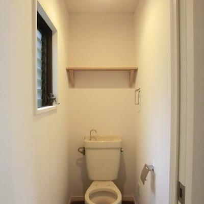 お手洗いには窓があります。造作の棚も。