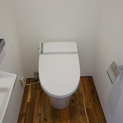 トイレも無垢フローリング。